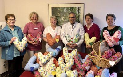 Schon 250 Herzkissen für Brustkrebspatientinnen