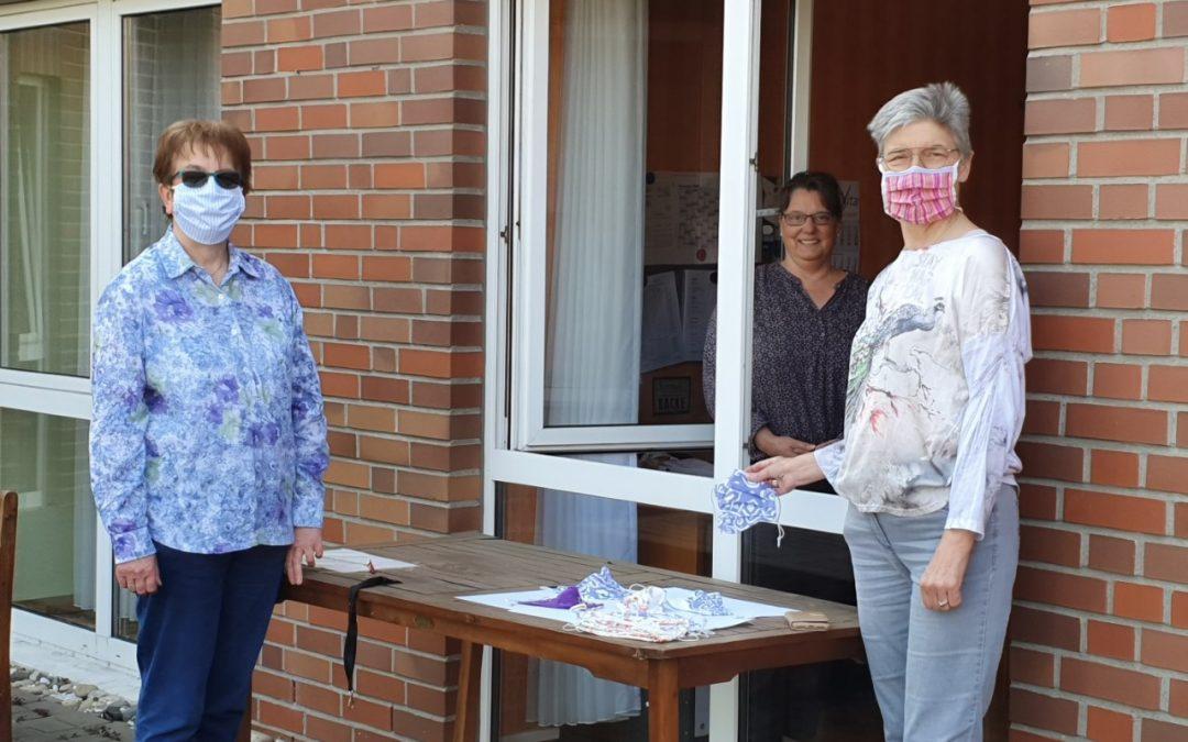 Näherinnen des MGH überreichen Gesichtsmasken an Pflegepersonal