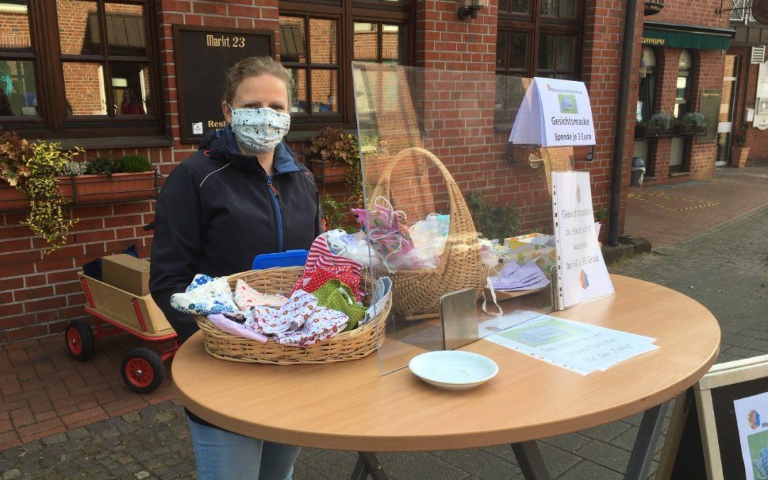 Marktstand mit genähten Gesichtsmasken für guten Zweck